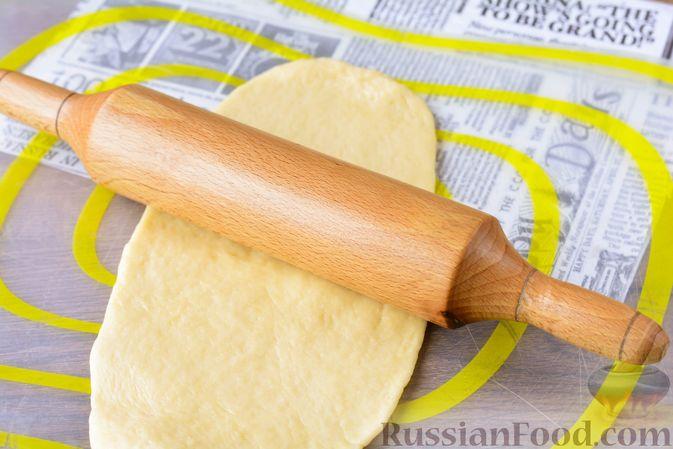Фото приготовления рецепта: Дрожжевые булочки с кунжутом - шаг №14