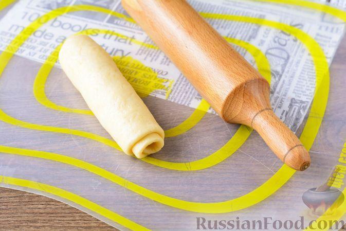 Фото приготовления рецепта: Дрожжевые булочки с кунжутом - шаг №15
