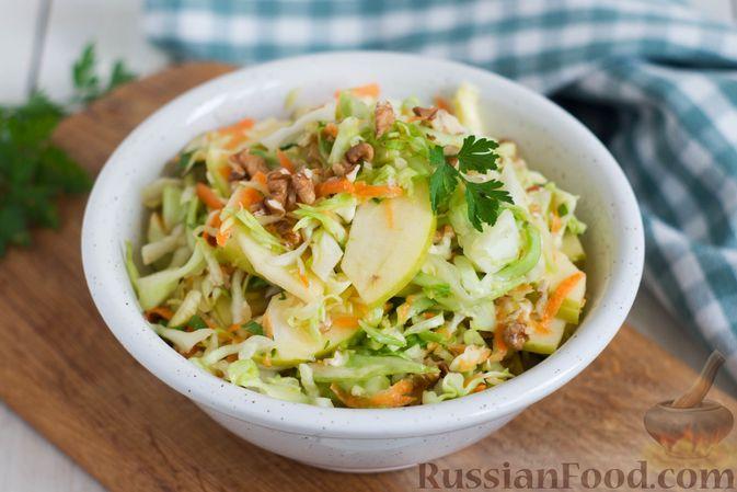 Фото к рецепту: Капустный салат с морковью, яблоком, орехами и апельсиновой заправкой