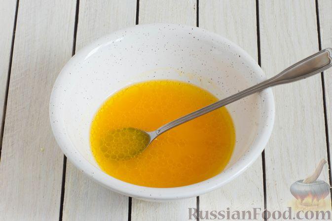 Фото приготовления рецепта: Капустный салат с морковью, яблоком, орехами и апельсиновой заправкой - шаг №8