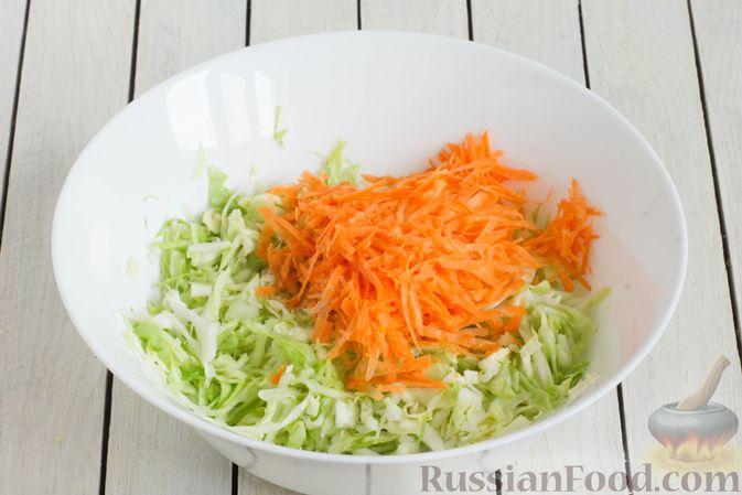 Фото приготовления рецепта: Капустный салат с морковью, яблоком, орехами и апельсиновой заправкой - шаг №4