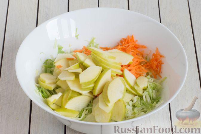 Фото приготовления рецепта: Капустный салат с морковью, яблоком, орехами и апельсиновой заправкой - шаг №5