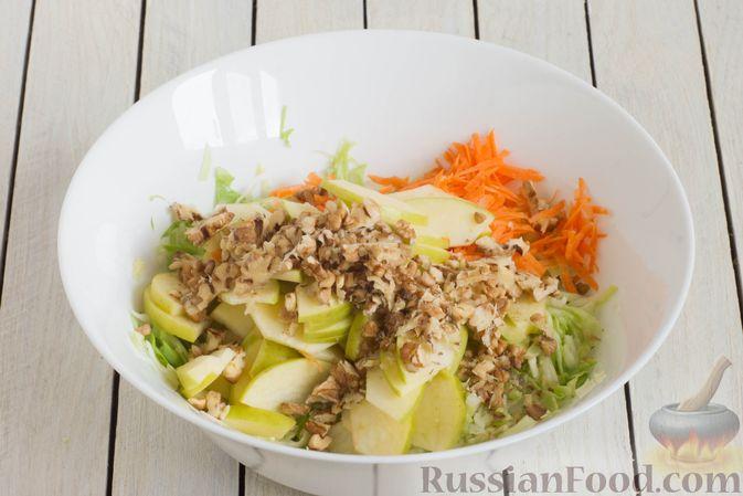 Фото приготовления рецепта: Капустный салат с морковью, яблоком, орехами и апельсиновой заправкой - шаг №6