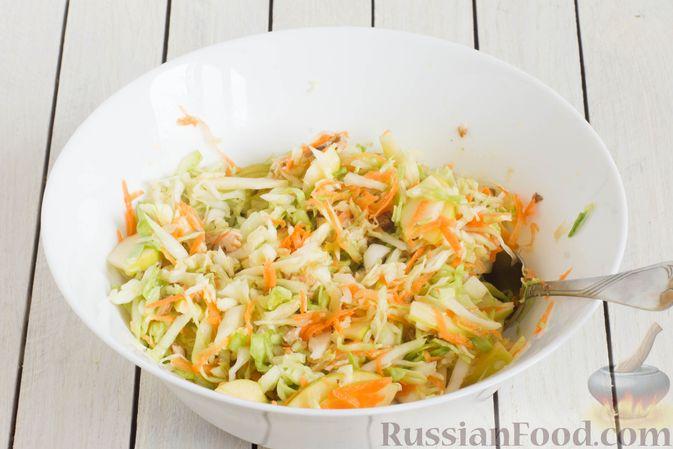 Фото приготовления рецепта: Капустный салат с морковью, яблоком, орехами и апельсиновой заправкой - шаг №9