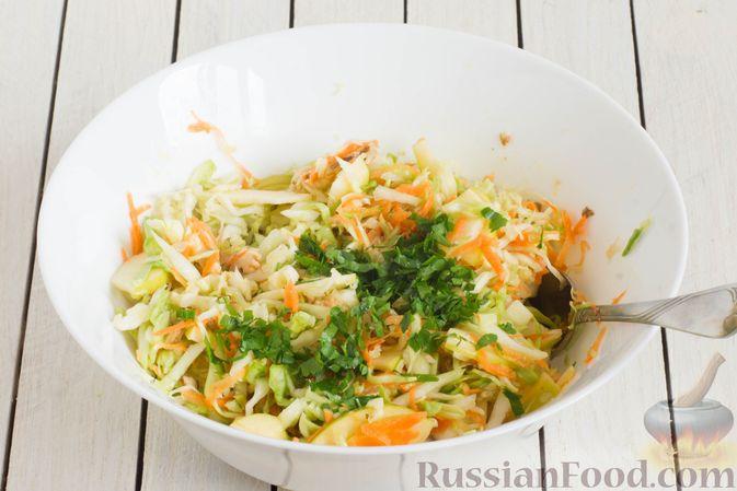 Фото приготовления рецепта: Капустный салат с морковью, яблоком, орехами и апельсиновой заправкой - шаг №10