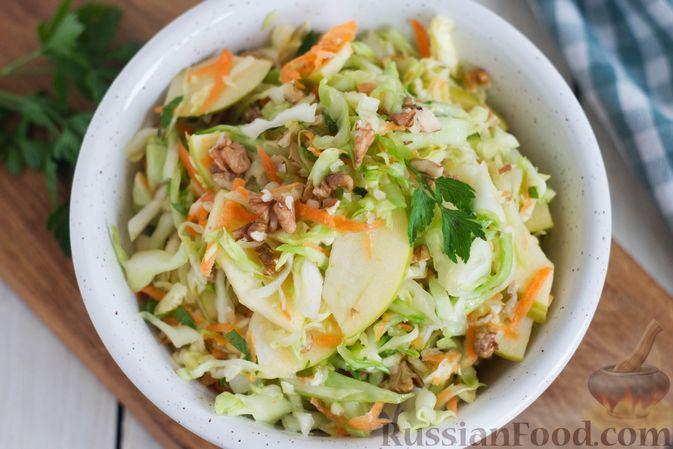 Фото приготовления рецепта: Капустный салат с морковью, яблоком, орехами и апельсиновой заправкой - шаг №11