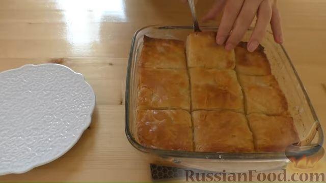 """Фото приготовления рецепта: Слоистый пирог с творогом и сахарным сиропом, или  Творожная """"пахлава"""" - шаг №12"""