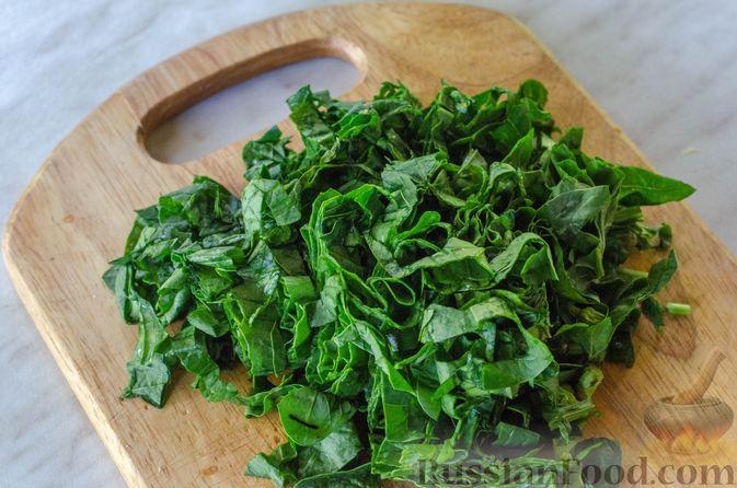 Фото приготовления рецепта: Куриный суп с вермишелью и шпинатом - шаг №9