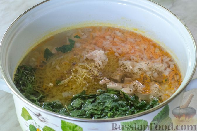 Фото приготовления рецепта: Куриный суп с вермишелью и шпинатом - шаг №11