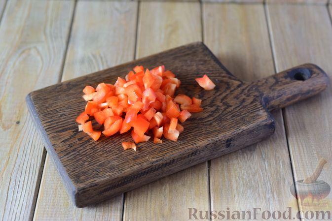 Фото приготовления рецепта: Куриные тефтели с болгарским перцем и базиликом (в духовке) - шаг №2