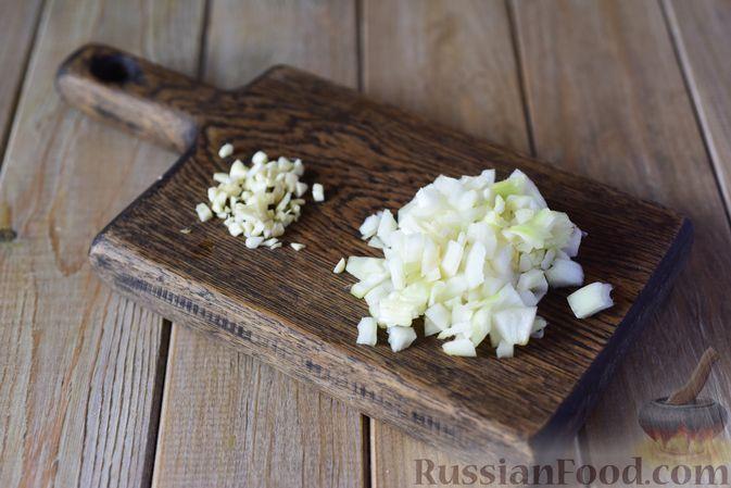 Фото приготовления рецепта: Куриные тефтели с болгарским перцем и базиликом (в духовке) - шаг №3