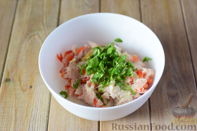 Фото приготовления рецепта: Куриные тефтели с болгарским перцем и базиликом (в духовке) - шаг №6