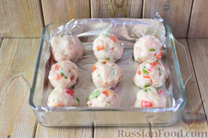Фото приготовления рецепта: Куриные тефтели с болгарским перцем и базиликом (в духовке) - шаг №8