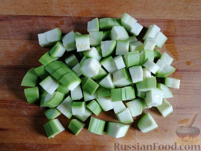 Фото приготовления рецепта: Кабачки, тушенные с болгарским перцем и помидором, в микроволновке - шаг №2