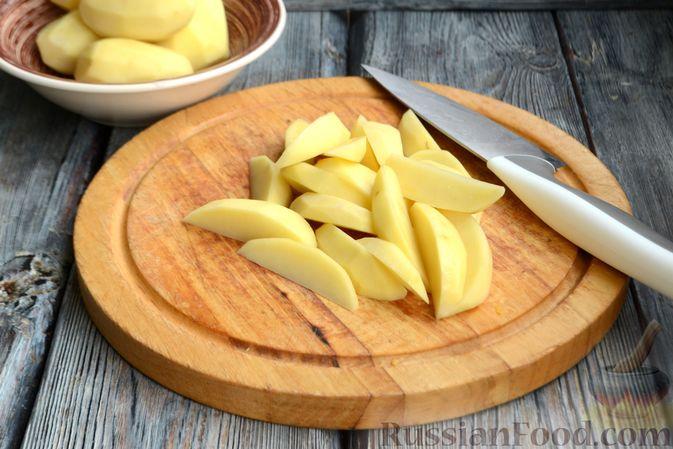 Фото приготовления рецепта: Картошка в соевом соусе, запечённая с колбасками и сладким перцем - шаг №2
