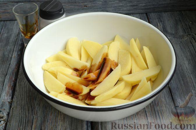 Фото приготовления рецепта: Картошка в соевом соусе, запечённая с колбасками и сладким перцем - шаг №3