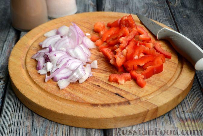 Фото приготовления рецепта: Картошка в соевом соусе, запечённая с колбасками и сладким перцем - шаг №5