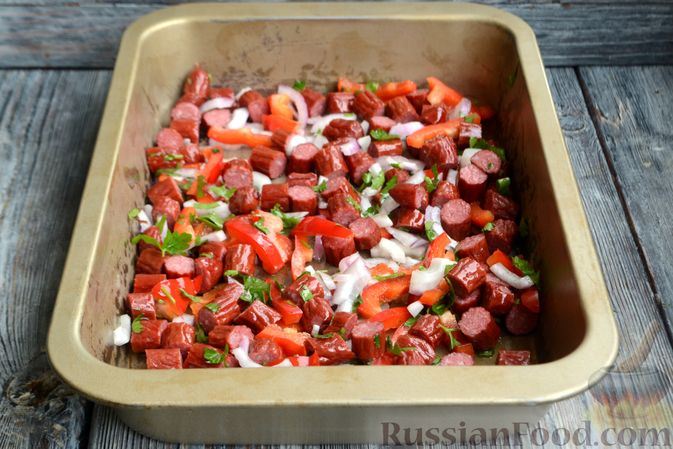 Фото приготовления рецепта: Картошка в соевом соусе, запечённая с колбасками и сладким перцем - шаг №7