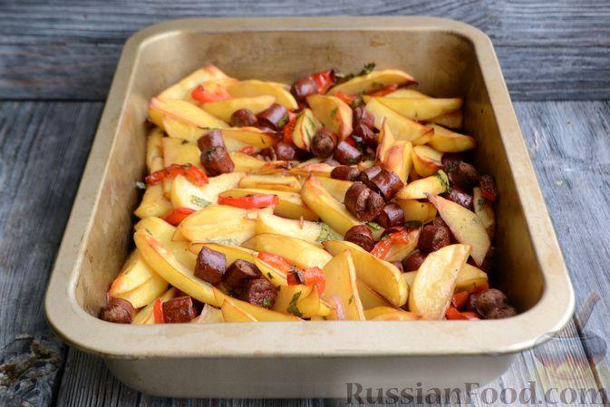 Фото приготовления рецепта: Картошка в соевом соусе, запечённая с колбасками и сладким перцем - шаг №9