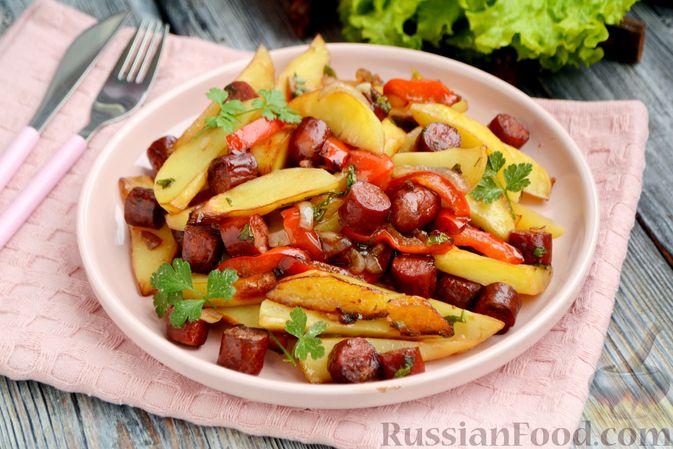 Фото приготовления рецепта: Картошка в соевом соусе, запечённая с колбасками и сладким перцем - шаг №11