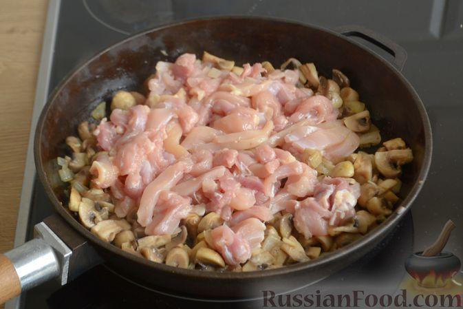 Фото приготовления рецепта: Жюльен из курицы, шампиньонов и сыра бри - шаг №8