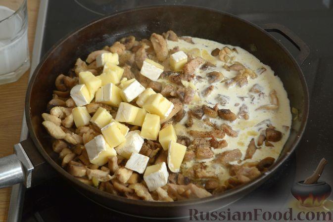 Фото приготовления рецепта: Жюльен из курицы, шампиньонов и сыра бри - шаг №10