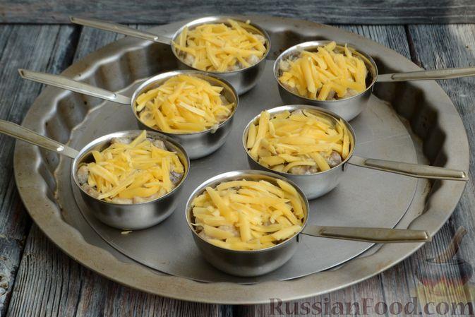 Фото приготовления рецепта: Жюльен из курицы, шампиньонов и сыра бри - шаг №13