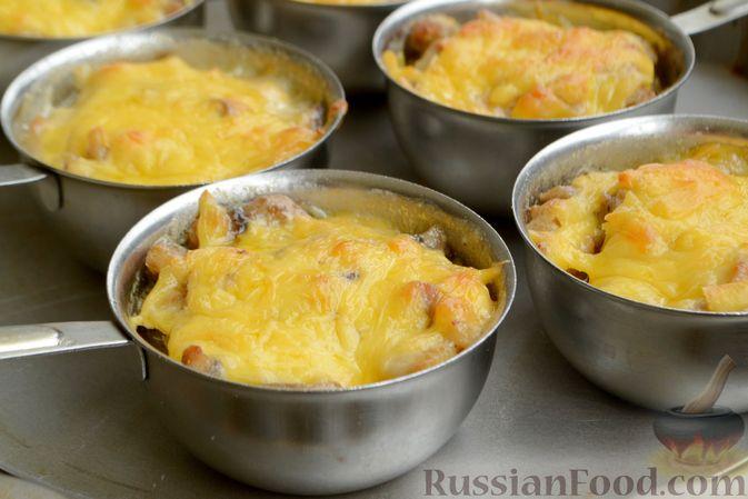 Фото приготовления рецепта: Жюльен из курицы, шампиньонов и сыра бри - шаг №15