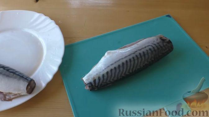 Фото приготовления рецепта: Рулет из скумбрии с жареным луком и чесночными стрелками - шаг №2