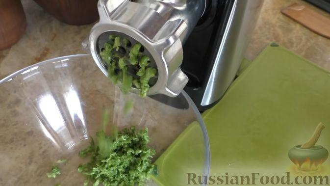Фото приготовления рецепта: Рулет из скумбрии с жареным луком и чесночными стрелками - шаг №6