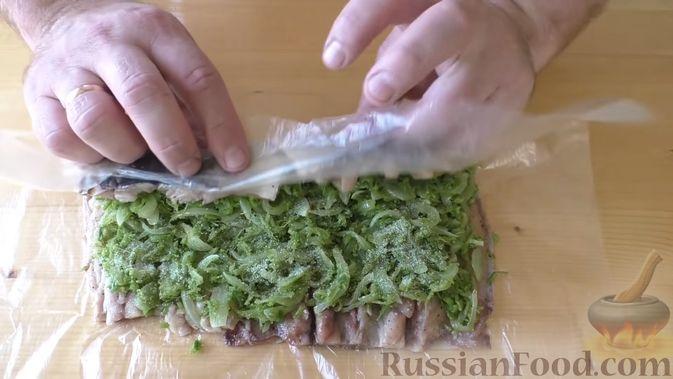 Фото приготовления рецепта: Рулет из скумбрии с жареным луком и чесночными стрелками - шаг №10