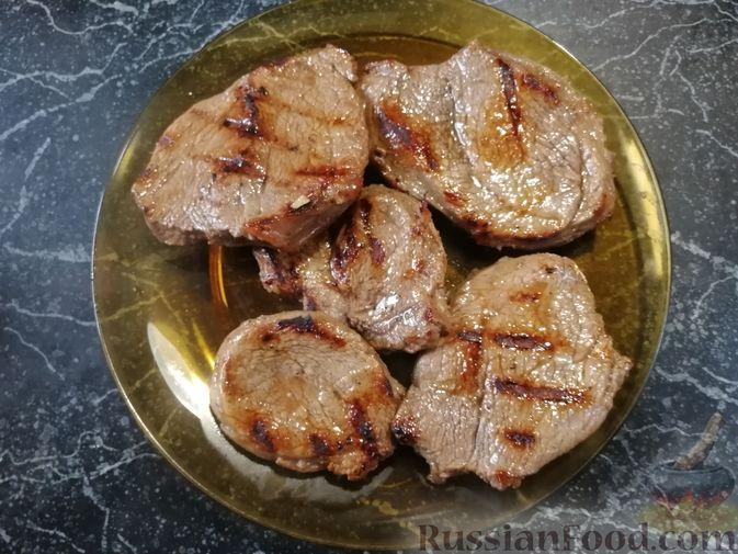 Фото приготовления рецепта: Бифштекс в пряном цитрусовом маринаде - шаг №7