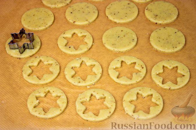 Фото приготовления рецепта: Линцерское миндальное печенье с джемом - шаг №5