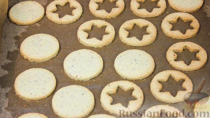 Фото приготовления рецепта: Линцерское миндальное печенье с джемом - шаг №6