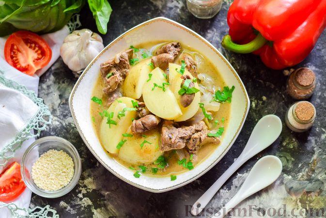 Фото к рецепту: Картофель, тушенный с куриными сердечками и печенью