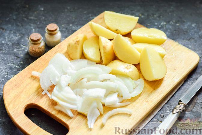 Фото приготовления рецепта: Картофель, тушенный с куриными сердечками и печенью - шаг №2