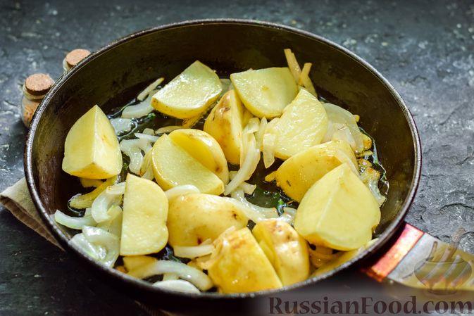 Фото приготовления рецепта: Картофель, тушенный с куриными сердечками и печенью - шаг №3