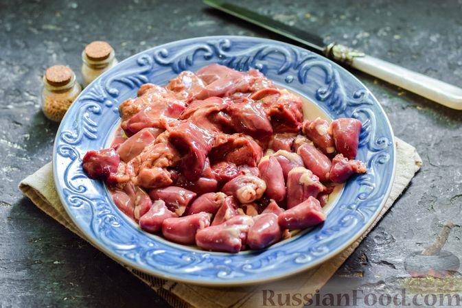 Фото приготовления рецепта: Картофель, тушенный с куриными сердечками и печенью - шаг №4