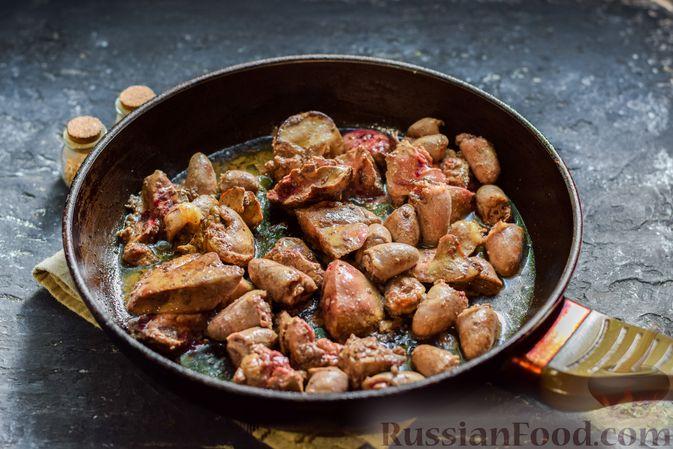 Фото приготовления рецепта: Картофель, тушенный с куриными сердечками и печенью - шаг №5