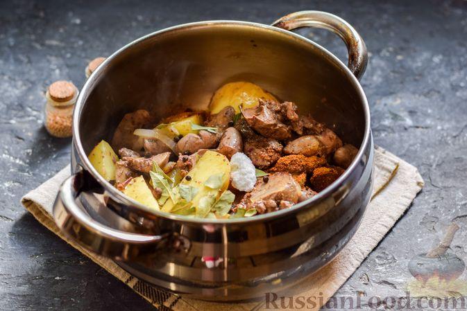 Фото приготовления рецепта: Картофель, тушенный с куриными сердечками и печенью - шаг №6