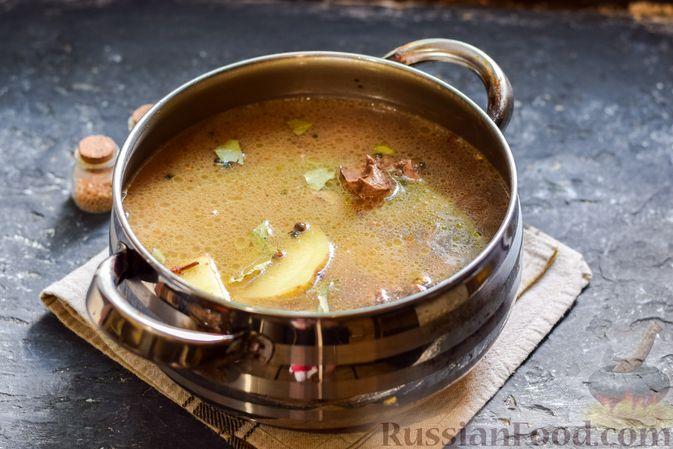 Фото приготовления рецепта: Картофель, тушенный с куриными сердечками и печенью - шаг №7