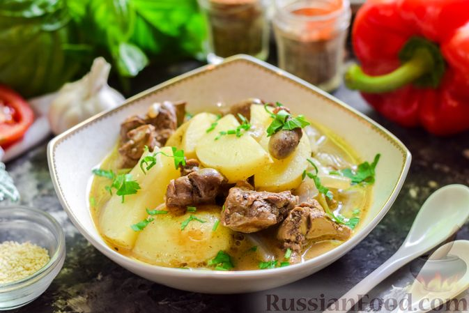 Фото приготовления рецепта: Картофель, тушенный с куриными сердечками и печенью - шаг №8