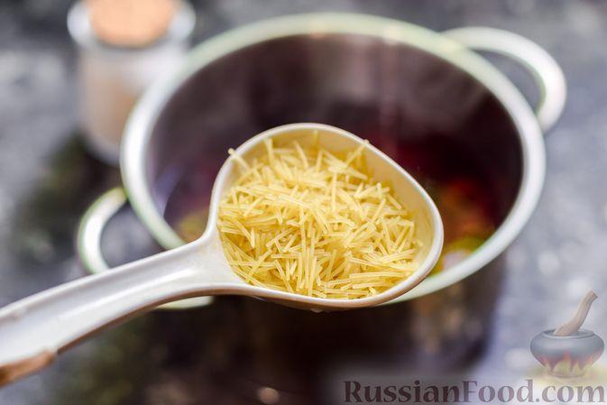 Фото приготовления рецепта: Сладкий суп с черешней, сметаной и макаронами - шаг №7