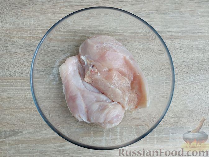 """Фото приготовления рецепта: """"Бифштекс"""" из куриного филе в сметанно-чесночном маринаде - шаг №2"""