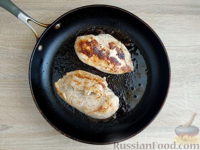 """Фото приготовления рецепта: """"Бифштекс"""" из куриного филе в сметанно-чесночном маринаде - шаг №6"""