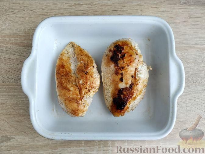 """Фото приготовления рецепта: """"Бифштекс"""" из куриного филе в сметанно-чесночном маринаде - шаг №7"""