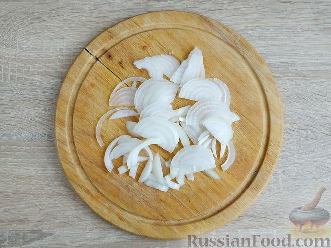 Фото приготовления рецепта: Капуста, тушенная с говяжьей печенью, в сметане - шаг №5