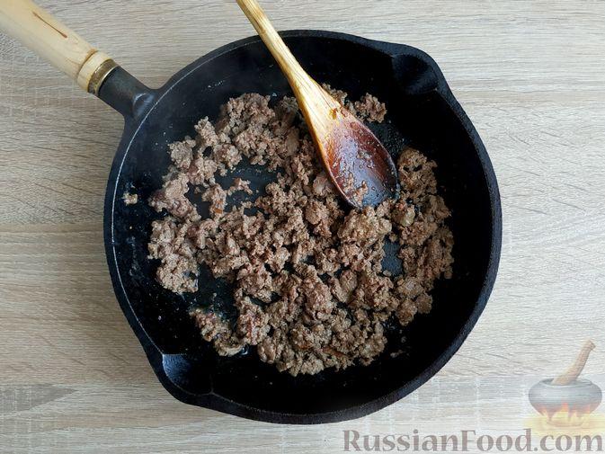 Фото приготовления рецепта: Капуста, тушенная с говяжьей печенью, в сметане - шаг №4