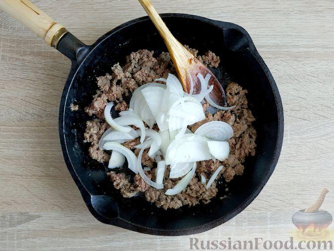 Фото приготовления рецепта: Капуста, тушенная с говяжьей печенью, в сметане - шаг №6