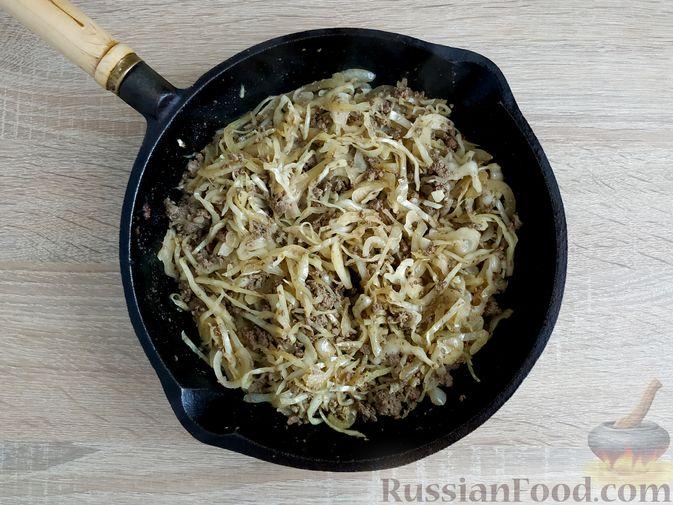Фото приготовления рецепта: Капуста, тушенная с говяжьей печенью, в сметане - шаг №10
